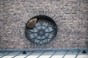 Kichenfenster mit Bienen und Waben