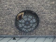 Verlassene Waben im Kirchenfenster